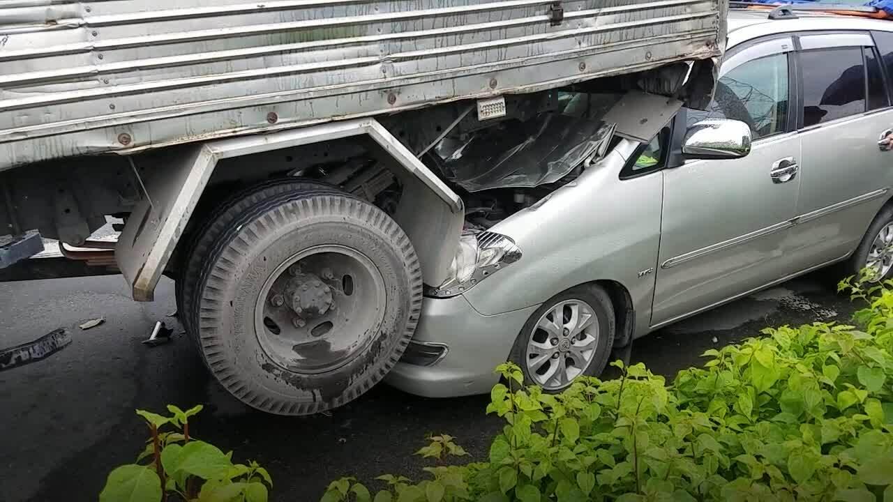 5 ôtô tông liên hoàn ở Sài Gòn, kẹt xe nhiều km