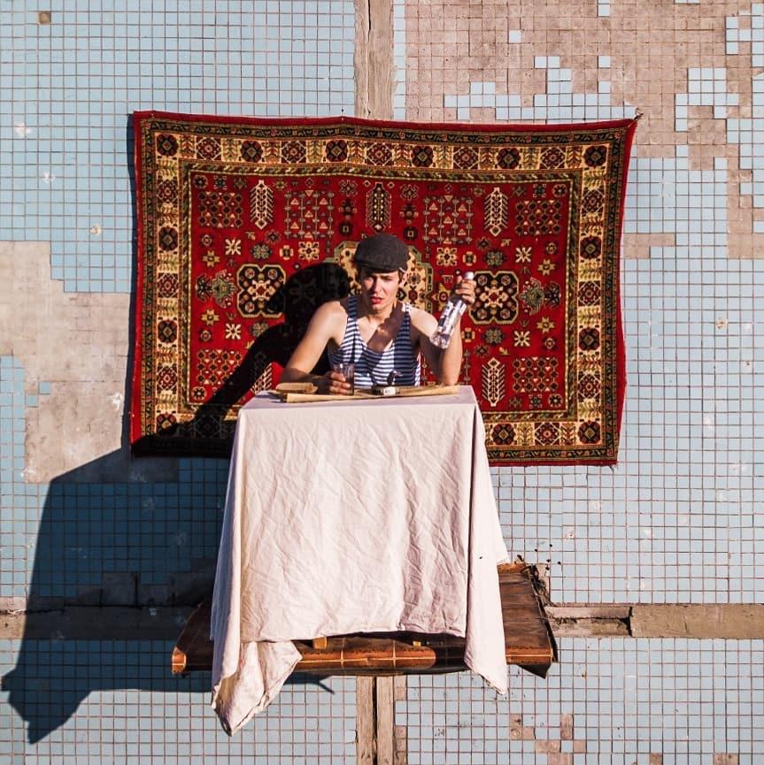Nghệ sĩ Nga dùng bữa trên bàn gắn ngoài tòa chung cư