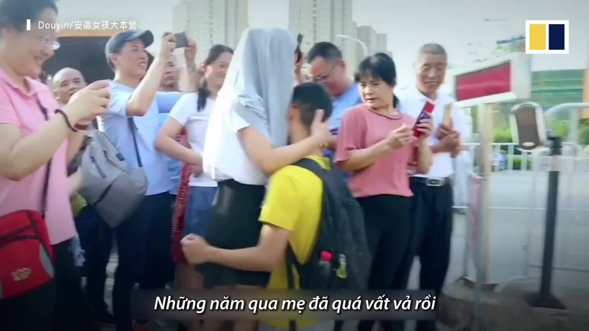 Nam sinh Trung Quốc quỳ xuống cảm ơn mẹ sau khi thi đại học