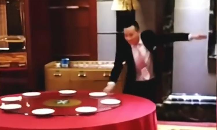 Nhân viên phục vụ Trung Quốc sắp bàn tiệc trong sáu giây