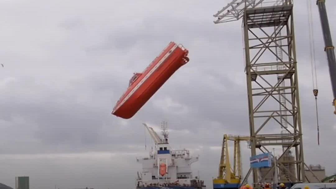 Thử nghiệm thả thuyền cứu hộ rơi tự do