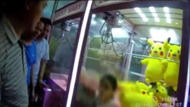 Bé gái Trung Quốc ba tuổi mắc kẹt trong máy gắp thú 30 phút