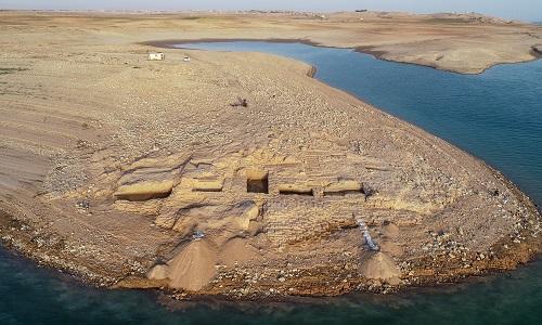 Cung điện 3.400 năm nhô lên giữa hồ nước sau đợt hạn hán