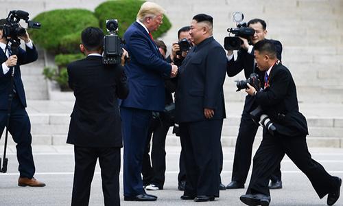 Trump bước vào lãnh thổ Triều Tiên, bắt tay Kim Jong-un