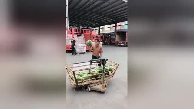 Thanh niên Trung Quốc bắt và ném dưa hấu bằng một tay