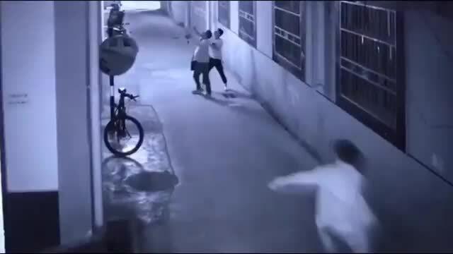 Cảnh sát Trung Quốc dùng tay không đỡ người phụ nữ nhảy lầu tự tử
