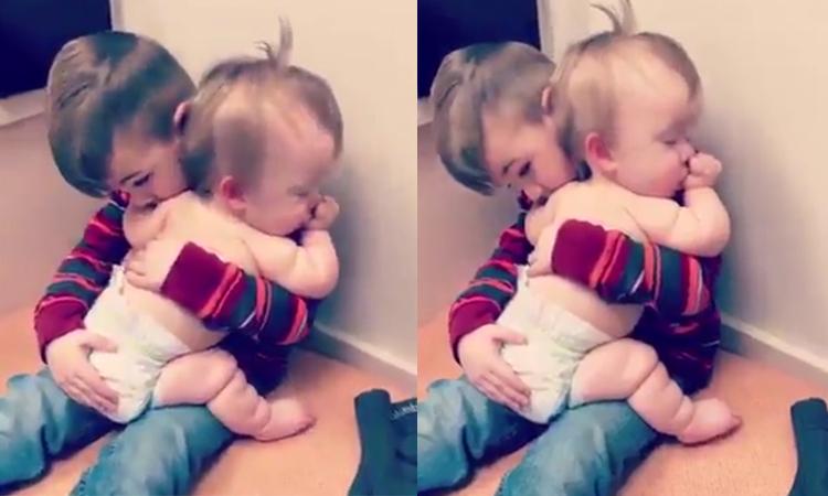 Cậu bé ru em ngủ thay mẹ