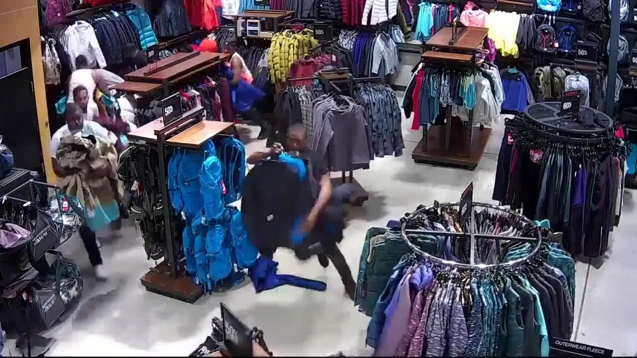 Băng nhóm Mỹ cướp số quần áo trị giá 30.000 USD trong 30 giây