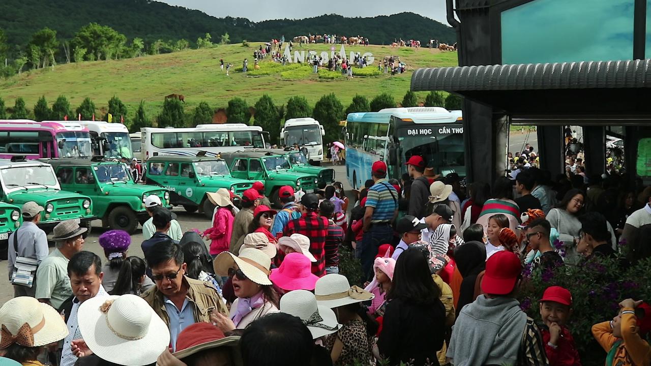Du khách chen chân lên núi Langbiang