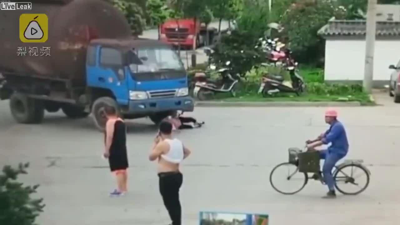 Người phụ nữ lăn vào bánh xe tải hòng ăn vạ