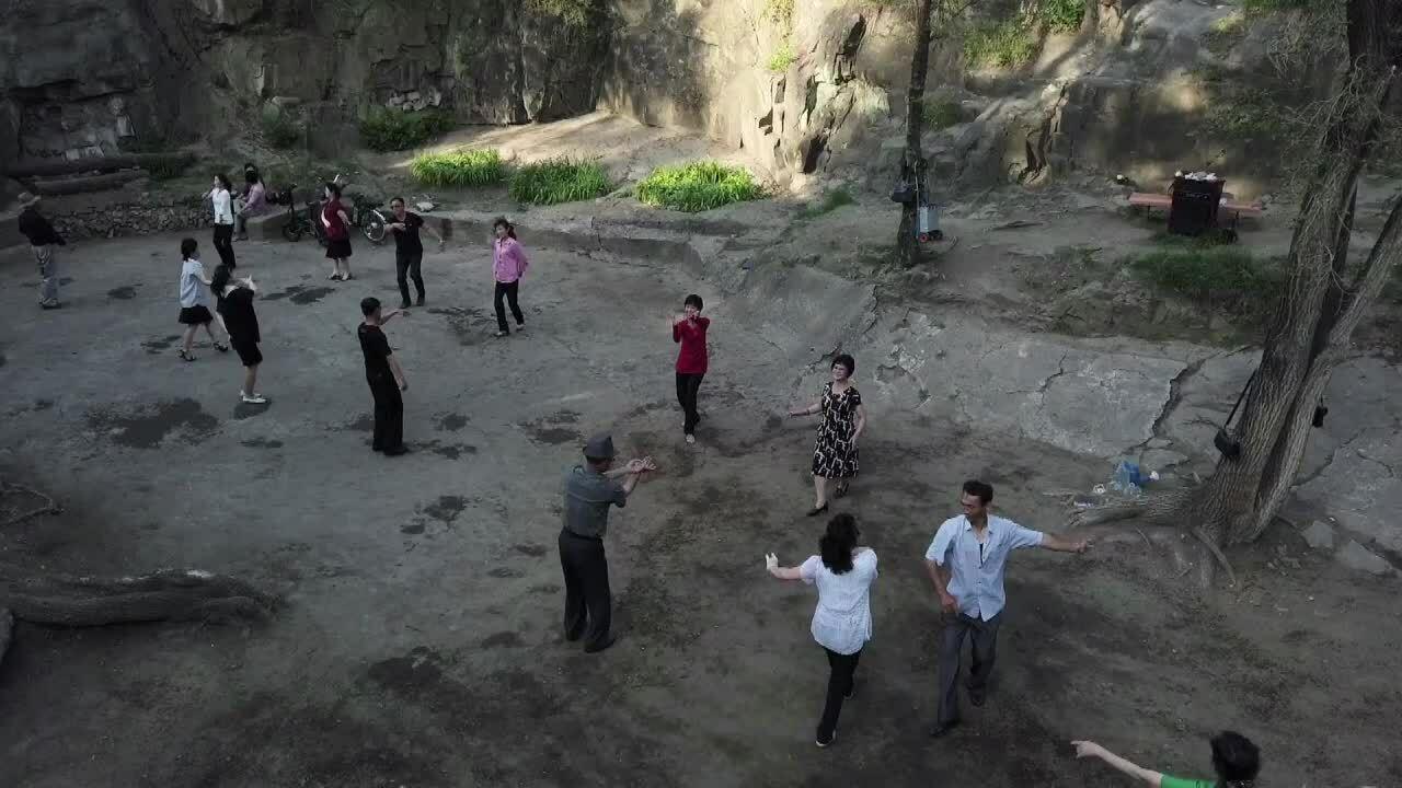 Người dân Triều Tiên nhảy theo nhạc dân gian trong công viên