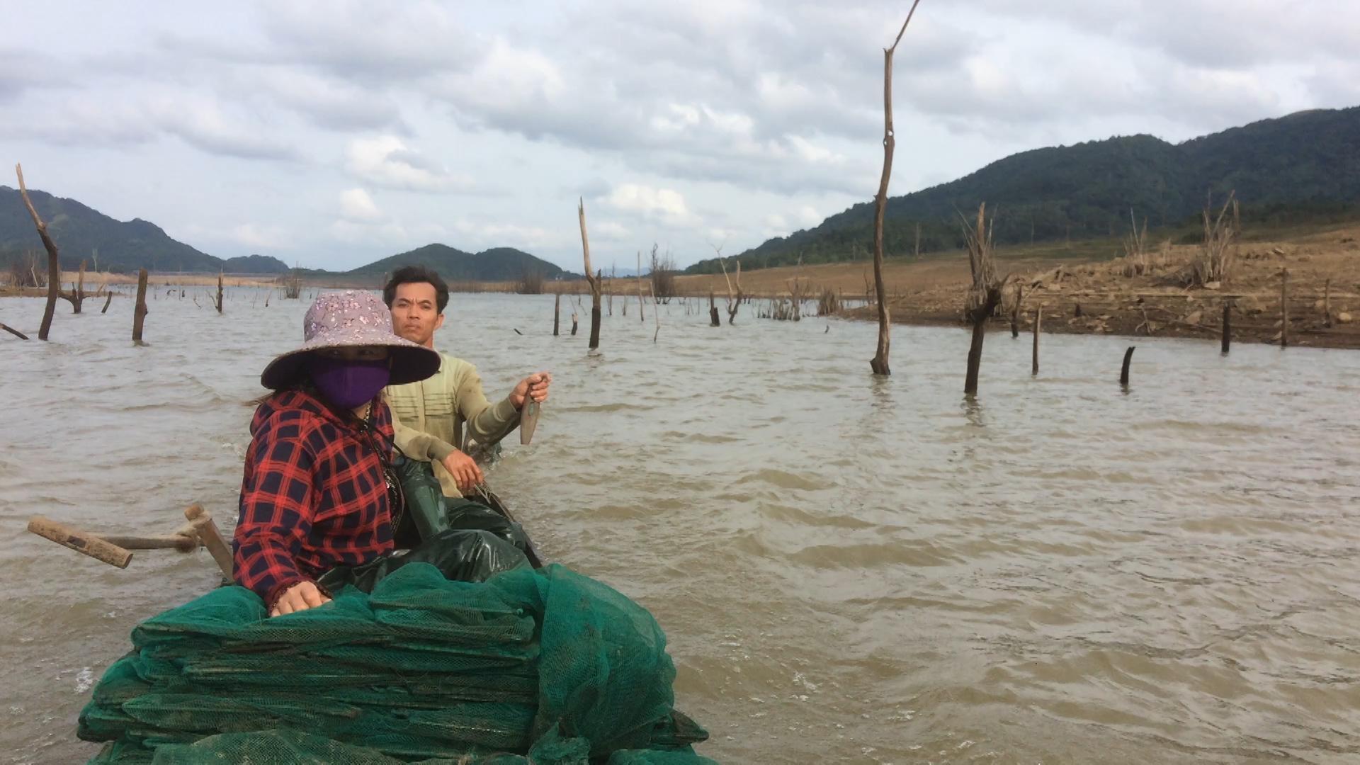 Vợ chồng thả 1.200 mét lừ bắt cá bống giữa hồ thuỷ điện