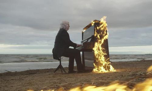 Nghệ sĩ mù người Nga đàn trên chiếc piano bốc cháy