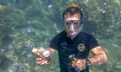 Người đàn ông chuyên lặn biển nhặt phế thải ở Đà Nẵng