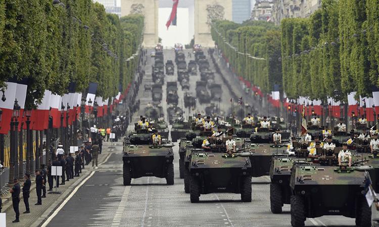 Binh sĩ, thiết giáp Pháp duyệt binh tại Paris nhân ngày quốc khánh