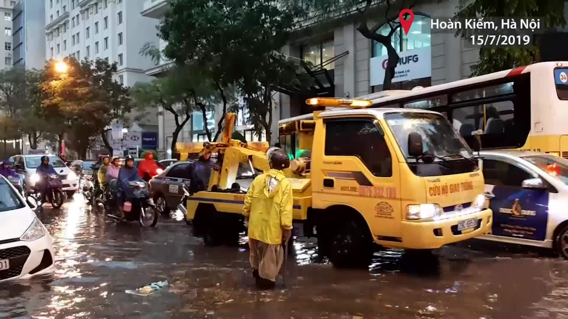 Nhiều tuyến phố Hà Nội ngập sau cơn mưa lớn