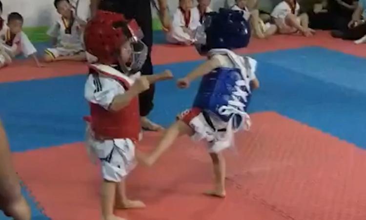 Hai đứa bé đấu Taekwondo khiến võ đường bật cười