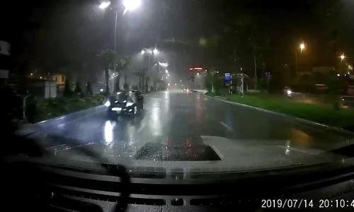 Sedan đi ngược chiều trong mưa tại Quảng Ninh