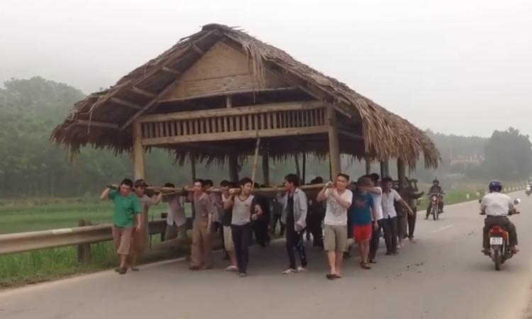 Hàng chục người 'cõng' nhà di chuyển trên quốc lộ