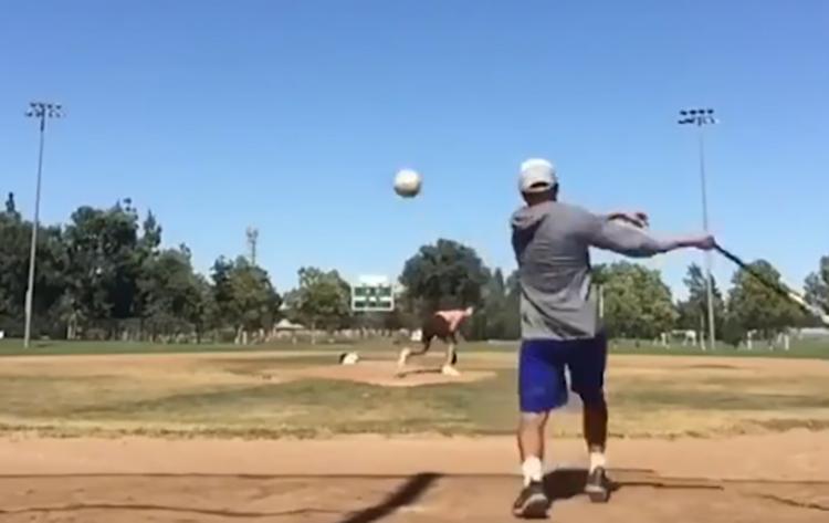 Người đàn ông đánh bóng chày hụt khiến người xem hú hồn