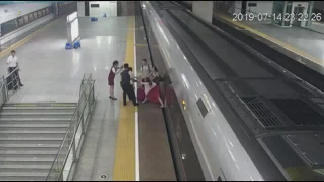 Nữ hành khách Trung Quốc muộn chuyến dùng chân ngăn tàu khởi hành