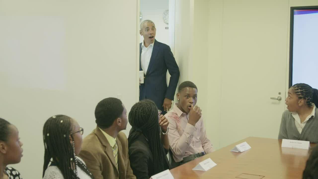 Obama gây ngạc nhiên khi bất ngờ xuất hiện tại cuộc họp của thực tập sinh