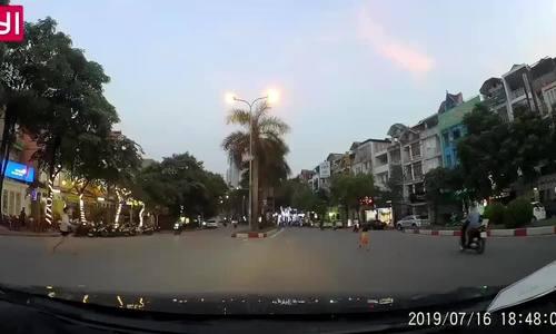 Trẻ nhỏ băng qua đường