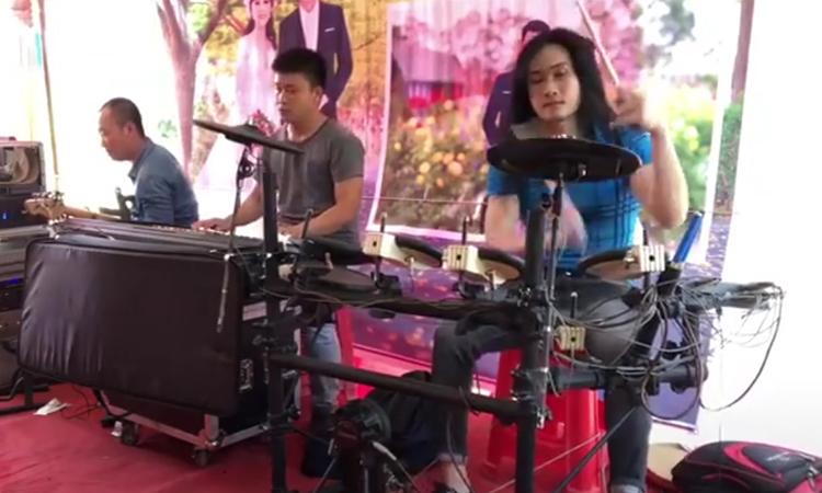 Ban nhạc 'bẻ lái' điêu luyện vì giọng hát lạc nhịp của người đàn ông