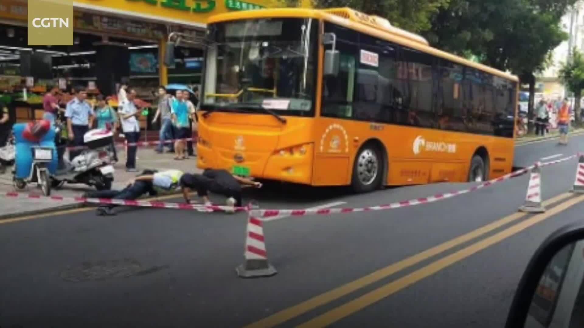 Hố sụt rộng 5 m suýt 'nuốt chửng' xe buýt ở Trung Quốc