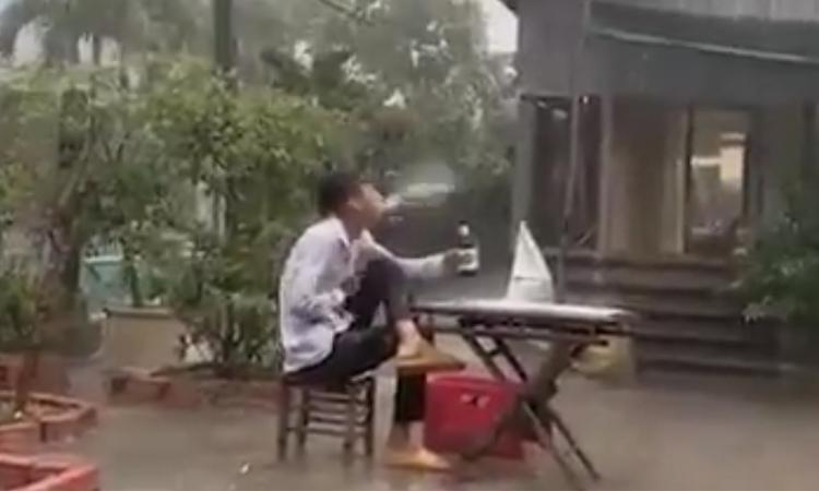 Thanh niên giật mình vì sấm to khi ngồi dưới mưa