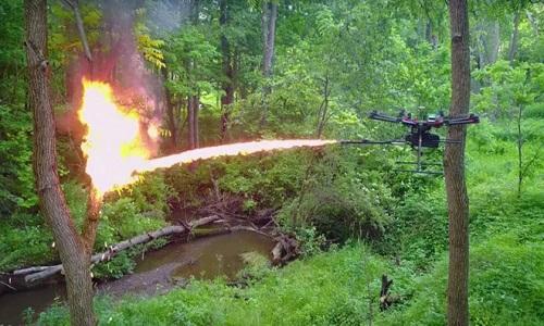 Drone có thể phun lửa liên tục trong 100 giây