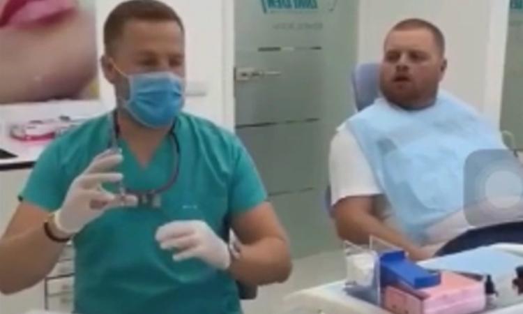 Người đàn ông bỏ chạy khi thấy bác sĩ cầm bơm kim tiêm