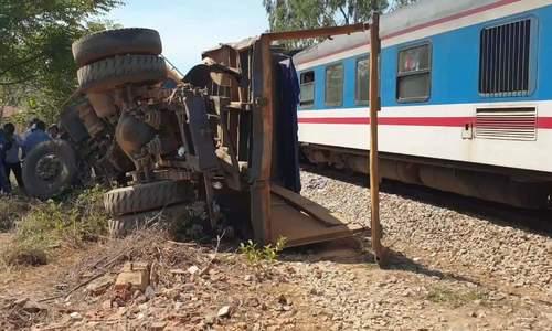 Tàu hỏa tông xe tải khiến tài xế văng 5 m ở Quảng Nam