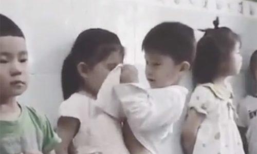 Bé trai ga tăng lấy áo lau nước mắt cho bạn gái