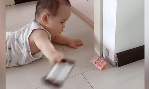Em bé bất ngờ phát hiện quỹ đen của bố