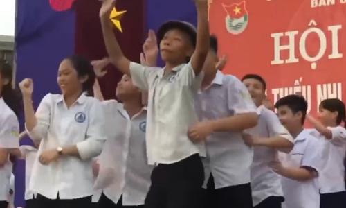 Nam sinh nhảy điêu luyện trong hội trại của trường