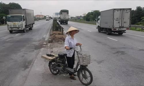 Người dân đi qua lối mở giữa quốc lộ sau vụ tai nạn