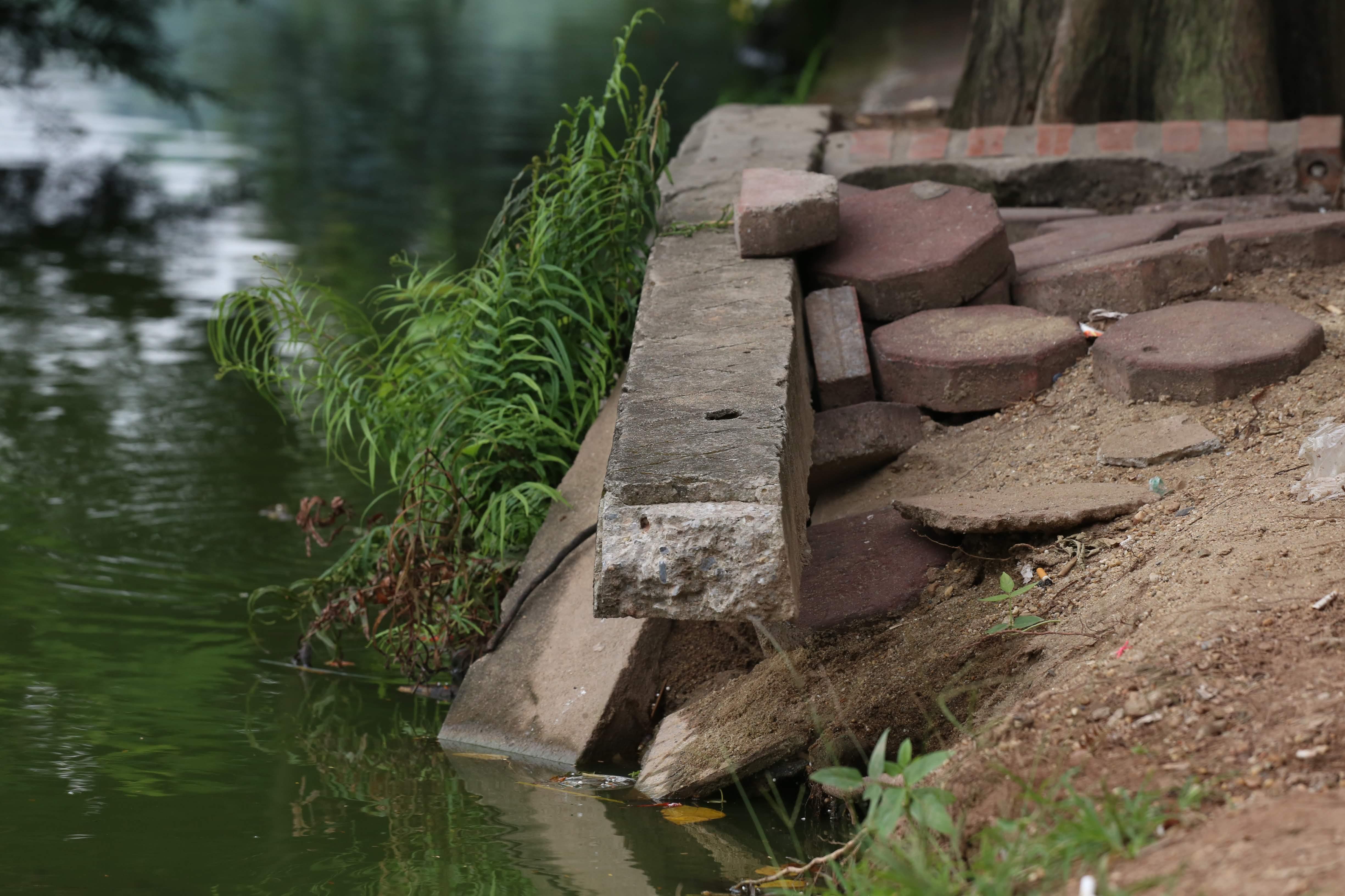 Bờ Hồ Gươm sạt lở nhiều đoạn