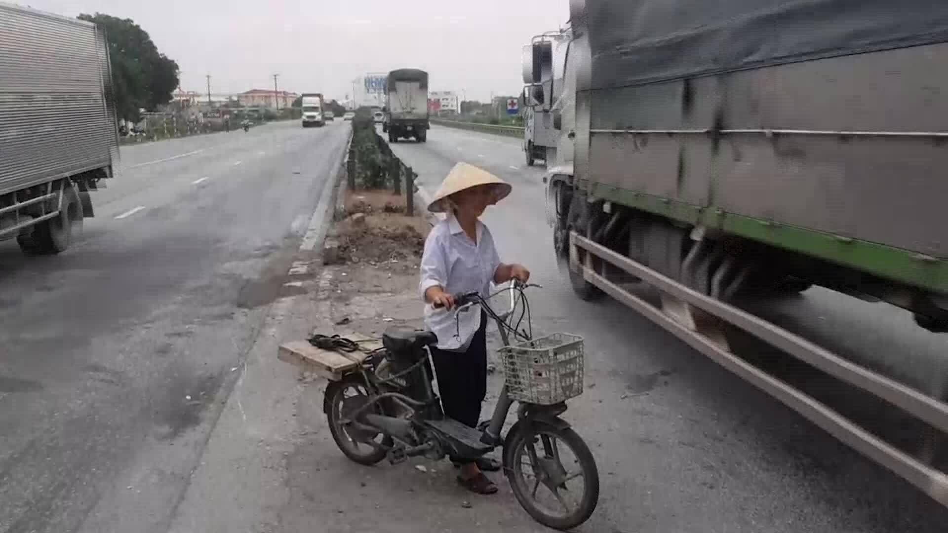 clip thay thế bài người dân bất chấp nguy hiểm đi qua lối mở quốc lộ 5 [Gia Chính]