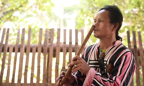 Thổ dân Philippines thổi sáo bằng mũi