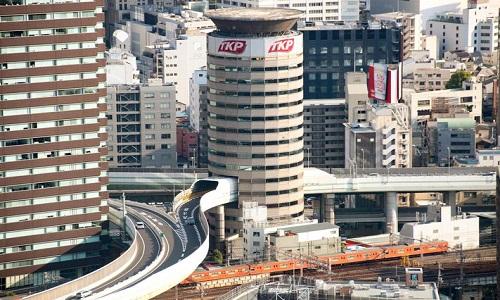 Đường cao tốc chạy xuyên qua tòa nhà ở Nhật Bản