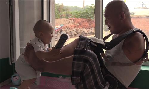 Người cha không tay ở Trung Quốc chơi cùng con trai 10 tháng tuổi