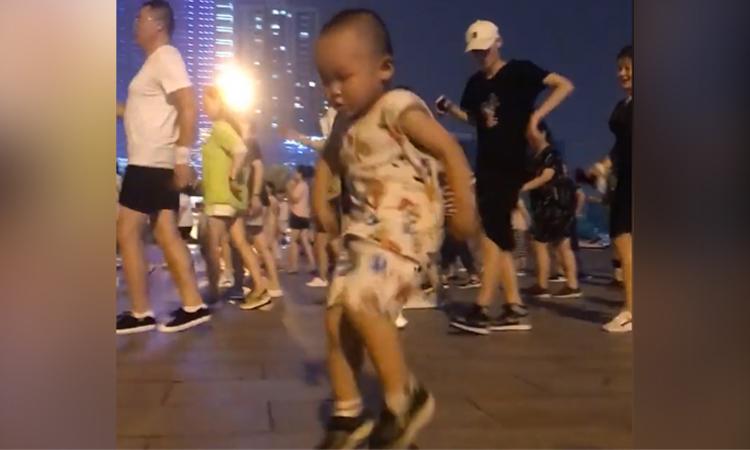 Cậu bé nhảy điệu nghệ trên phố