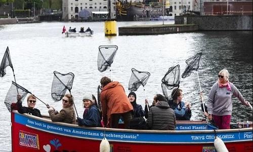 Đi du thuyền 'chụp' rác thải nhựa trên kênh Amsterdam