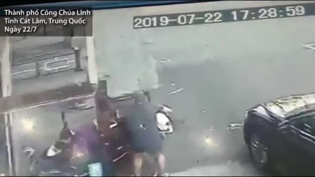 Mảng bê tông rơi trúng người phụ nữ đang bế bé sơ sinh ở Trung Quốc