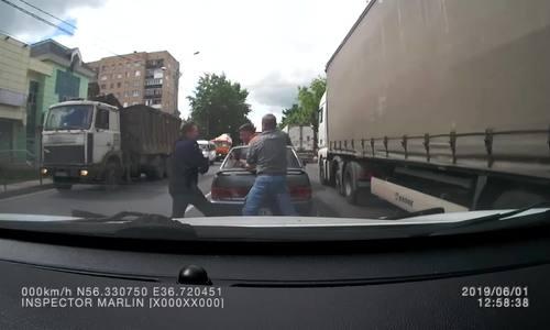 Tài xế ôtô con bị hai người trên xe SUV đánh hội đồng