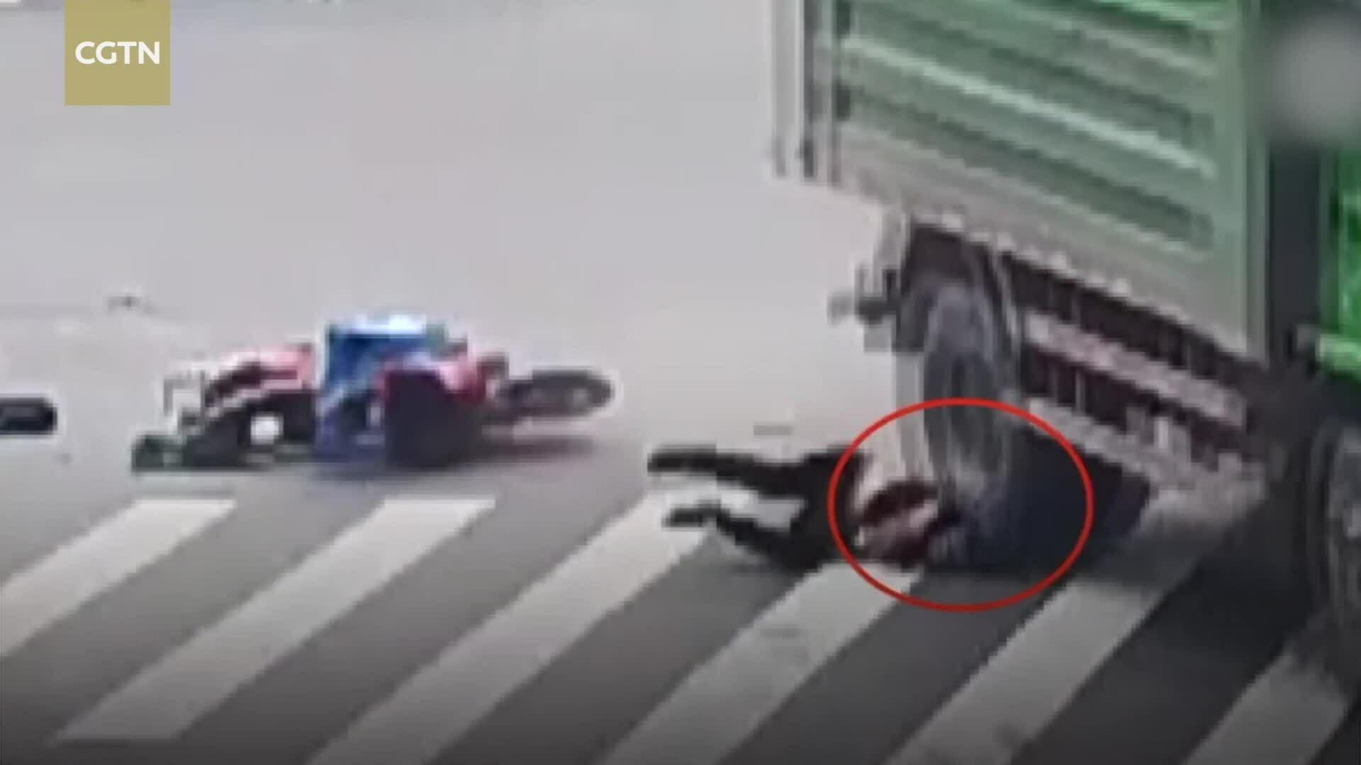 Người đàn ông Trung Quốc thoát chết khi xe tải cán qua đầu nhờ mũ bảo hiểm