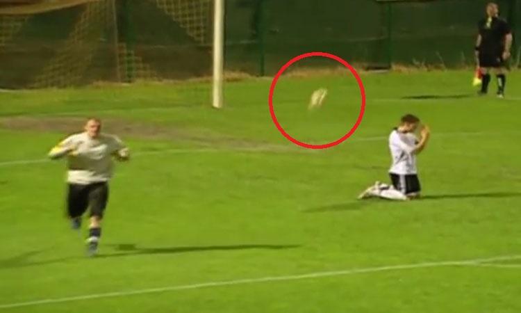 Thủ môn mừng hụt vì quả penalty hài hước