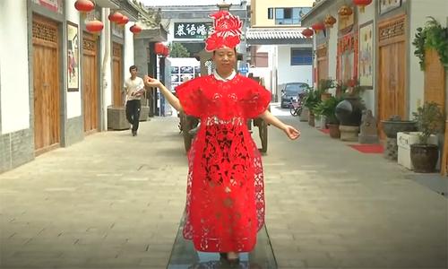 Nghệ nhân Trung Quốc cắt giấy thành váy