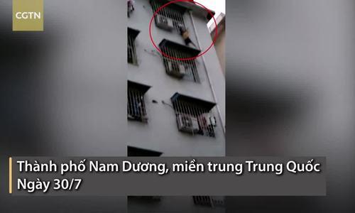 Cậu bé Trung Quốc kẹt cổ vào 'chuồng cọp' trên tầng 6 tòa nhà